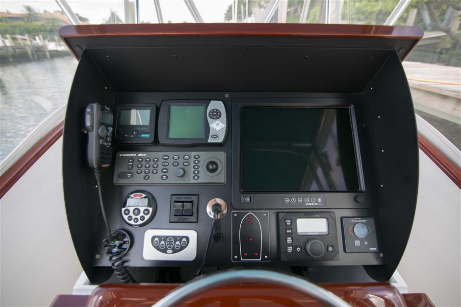 MACGREGOR-WHITICAR-WHITS-END-30-Cockpit1